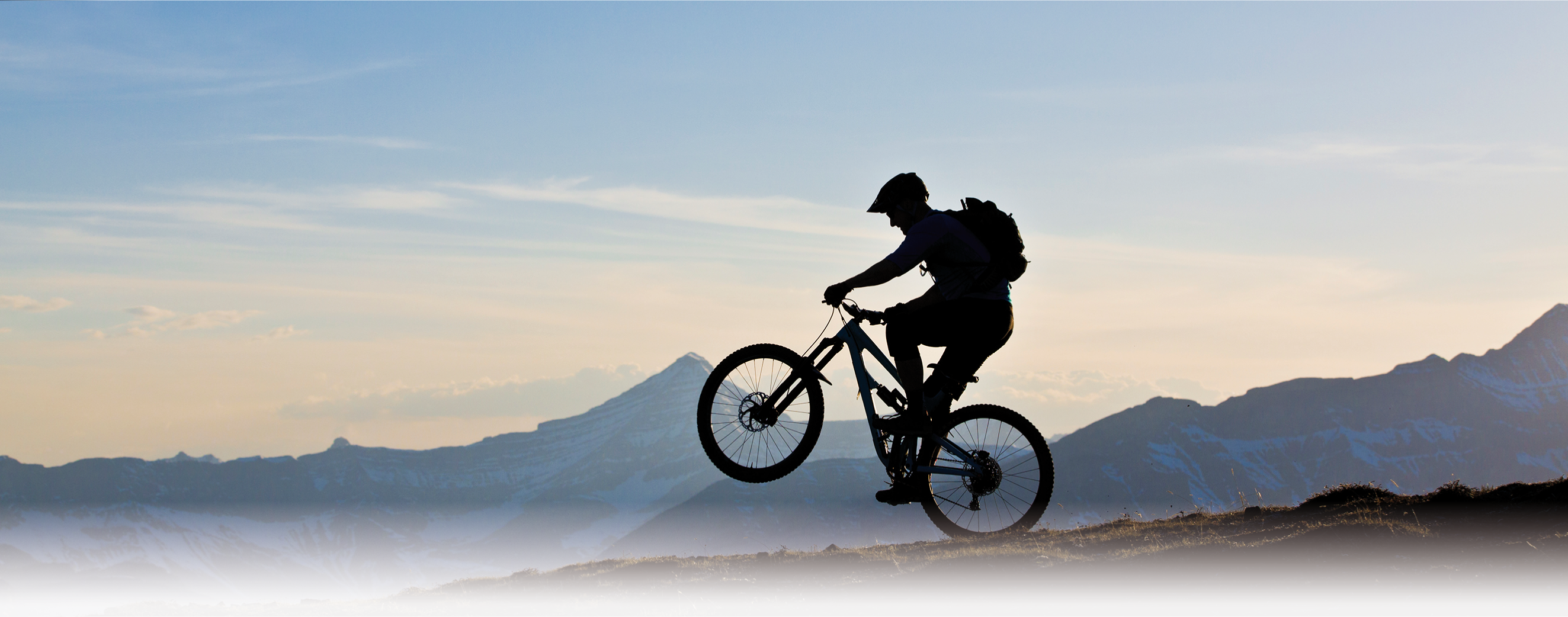 Biker auf einer Klippe